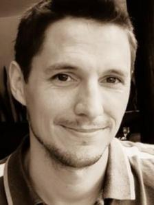 Alessandro Fedrizzi, pesquisador que trabalha como professor no Instituto de Fotônica e Ciências Quânticas da Universidade Heriot-Watt.