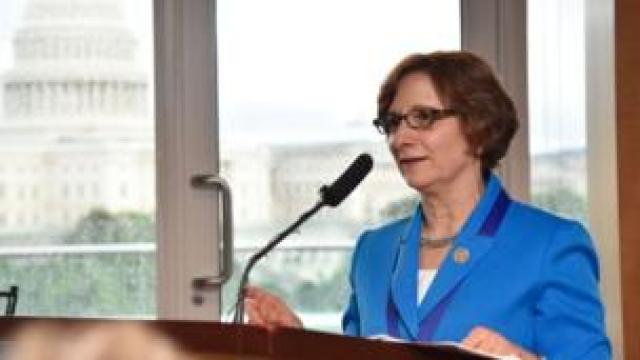 Suzanne Bonamici, umwe mu bagize inteko ishingamategeko y'Amerika wo mu ishyaka ry'abademokarate