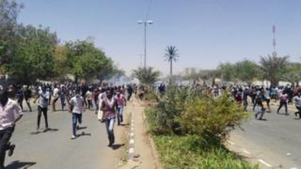 Selon des témoins oculaires, des soldats ont tenté de chasser des camionnettes qui tiraient des gaz lacrymogènes lors de la deuxième nuit d'un sit-in.