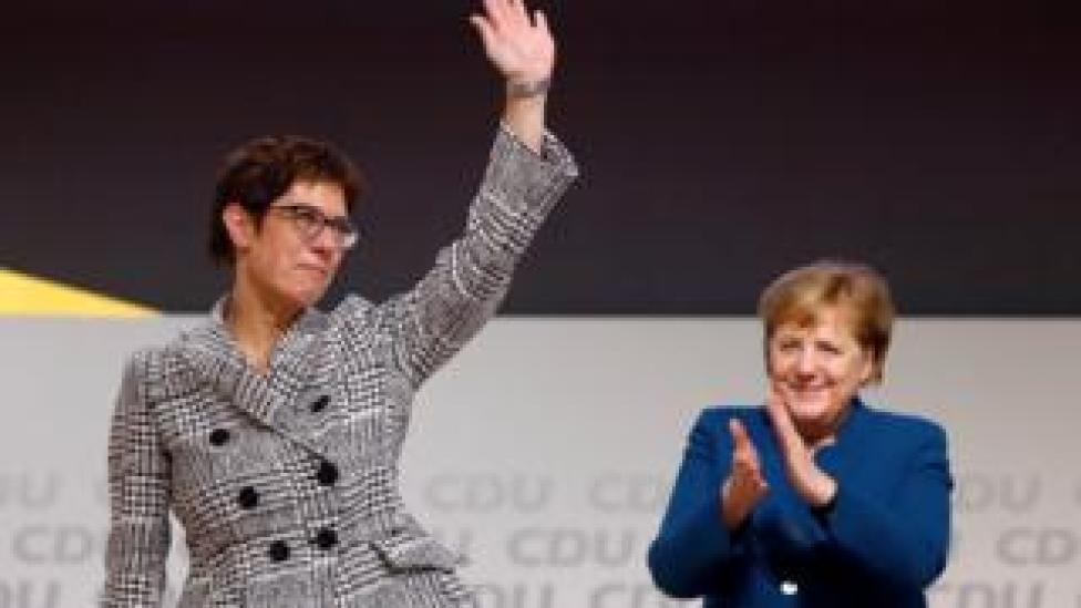 Annegret Kramp-Karrenbauer saluda a la canciller alemana, Angela Merkel, luego de ser elegida como líder del partido