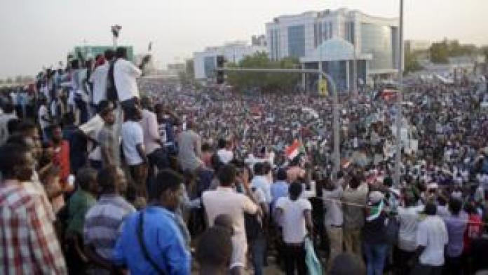Manifestantes en la capital, Jartum, el 11 de abril de 2019.