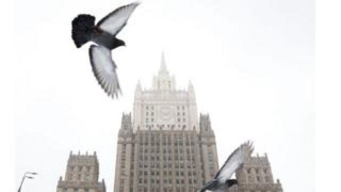 The pigeons fly in front of the headquarters of the Russian Foreign Ministry in Moscow on March 27, 2018.