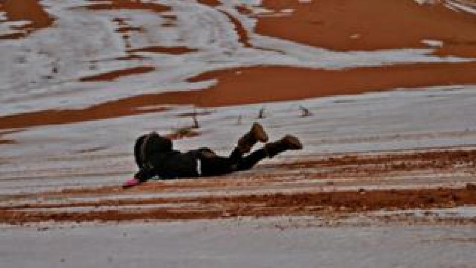 Una joven se desliza en la nieve del desierto del Sahara. (Foto: gentileza Hamouda Ben jerad)