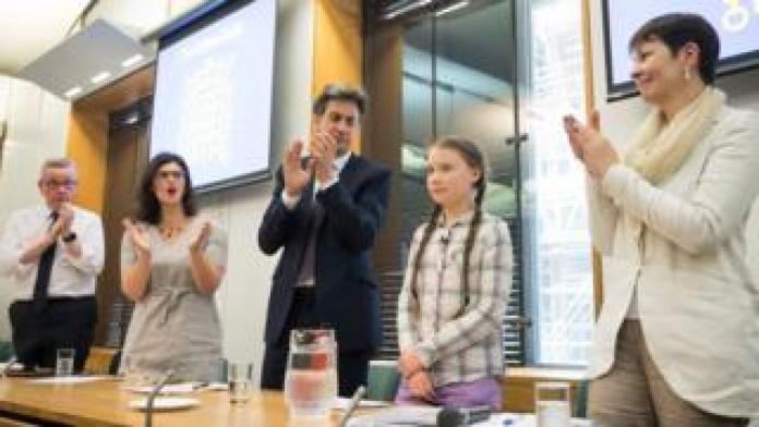 Greta Thunberg applaudierte von den Politikern Michael Gove, Layla Moran, Ed Miliband und Caroline Lucas