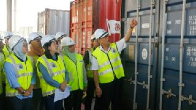 Malaysia's environment minister Yeo Bee Yin (second left) inspects a container of plastic waste