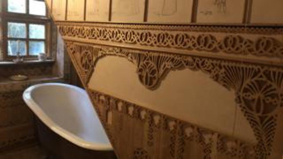 Bathtub, Asalache house
