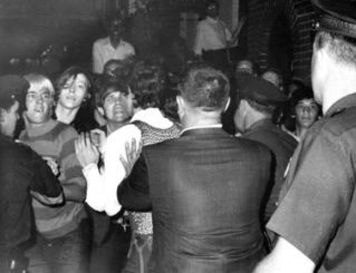 Jóvenes se enfrentan a la policía