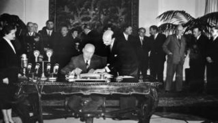 Josef Cyrankiewicz signing the pact