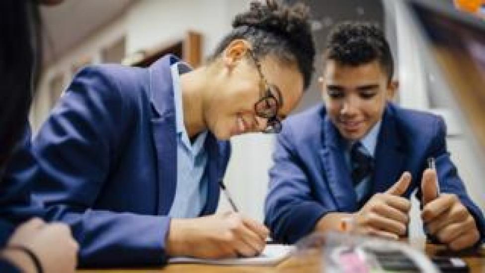 Deux étudiants révisant.