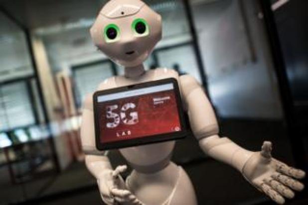 Pepper robot with screen advertising 5G logo