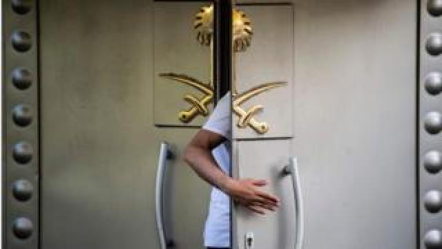 A Saudi official enters the door of the Saudi consulate in Istanbul on 7 October 2018