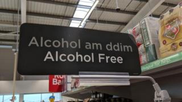 """Alcohol am ddim / alcohol free"" sign in Asda"