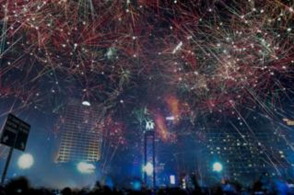Cientos de fuegos artificiales coordinados cubren el cielo en el distrito de negocios de Jakarta.