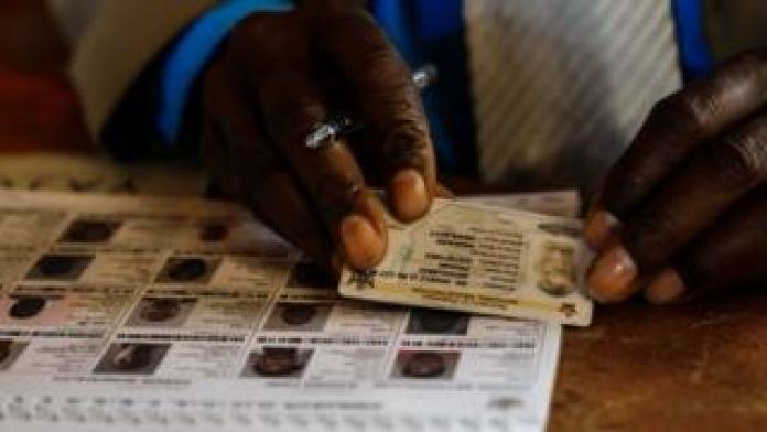 Un membre de la Commission électorale du Zimbabwe vérifie le fichier électoral.
