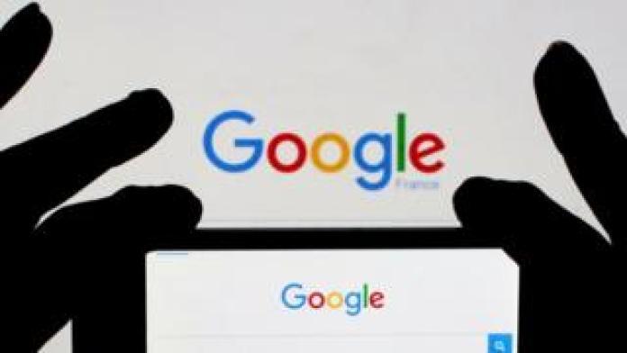 Logotipo de Google en la pantalla de un celular.
