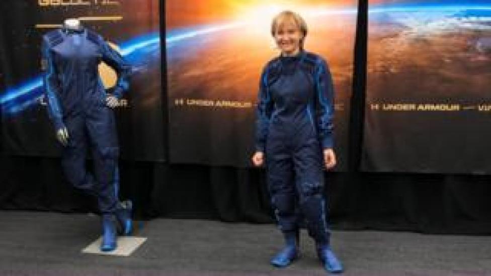 كيتي ميزونورج أثناء قياس سترة الفضاء استعدادا لرحلتها المنتظرة
