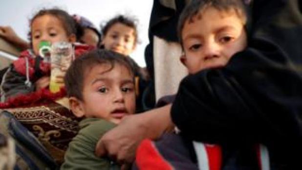 در این عکس زنی که دو فرزندش را در پناه خود گرفته موفق شده از یکی از مناطق شرقی موصل بگریزد