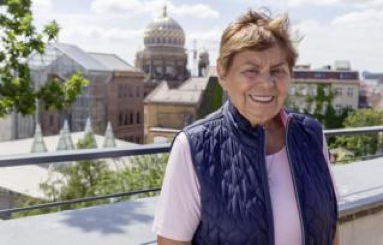 Ruth Winkelmann auf der Dachterrasse ihrer ehemaligen Schule
