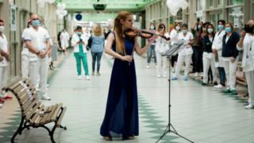 Hospital staff watch violinist Fiamma Flavia Paolucci perform