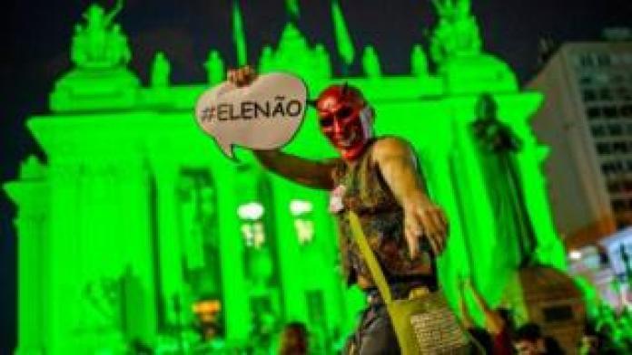 Demonstranten protestieren gegen den rechtsgerichteten Präsidentschaftskandidaten Jair Bolsonaro