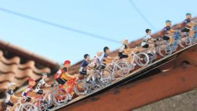 The miniature peloton on the extension roof