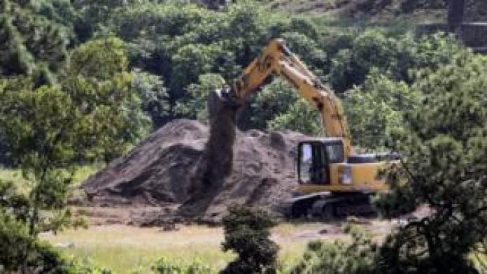 Une pelleteuse découvrant la fosse commune à Jalisco, au Mexique, plus tôt en septembre