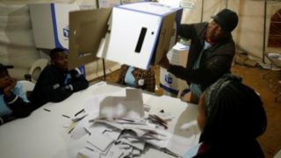 Un fonctionnaire électoral vide une urne lors du dépouillement après la fermeture des bureaux de vote dans le township d'Alexandra à Johannesburg, en Afrique du Sud, le 8 mai.