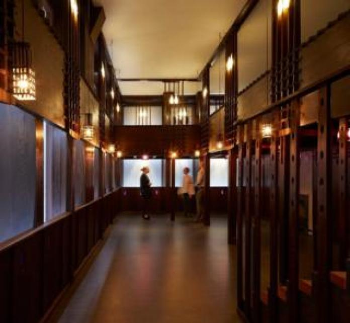 Le Oak Room de Charles Rennie Mackintosh a été méticuleusement restauré, conservé et reconstruit grâce à un partenariat entre V & A Dundee, les musées de Glasgow et le conseil municipal de Dundee.