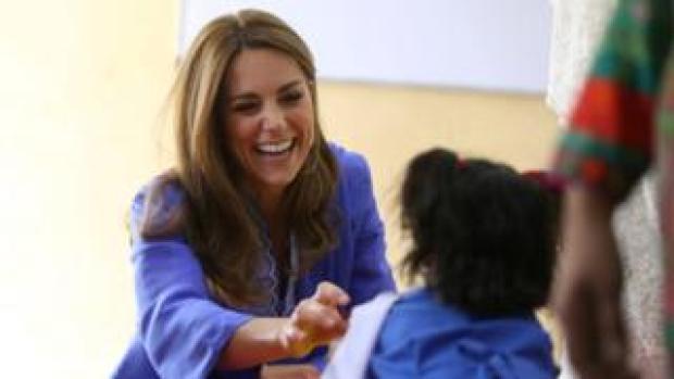Kate meets school children in Pakistan