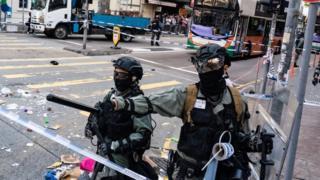 香港抗議:警方開槍與示威者燒人縱火,各方反應突顯的不同極端 - BBC News 中文