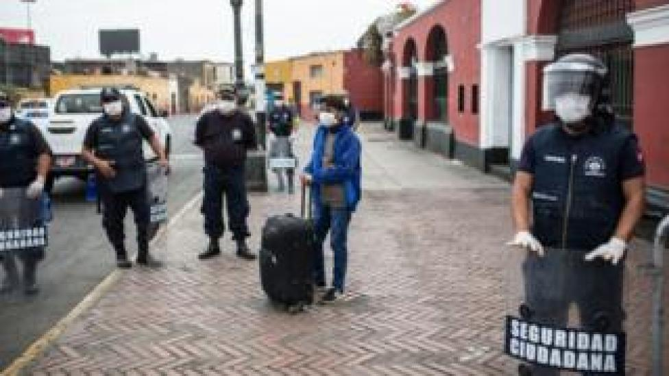 Police enforce quarantine measures in Lima, Peru (2 April 2020)