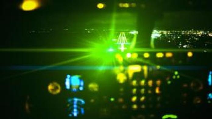 Impression de l'effet de la lumière laser dans le cockpit de l'avion