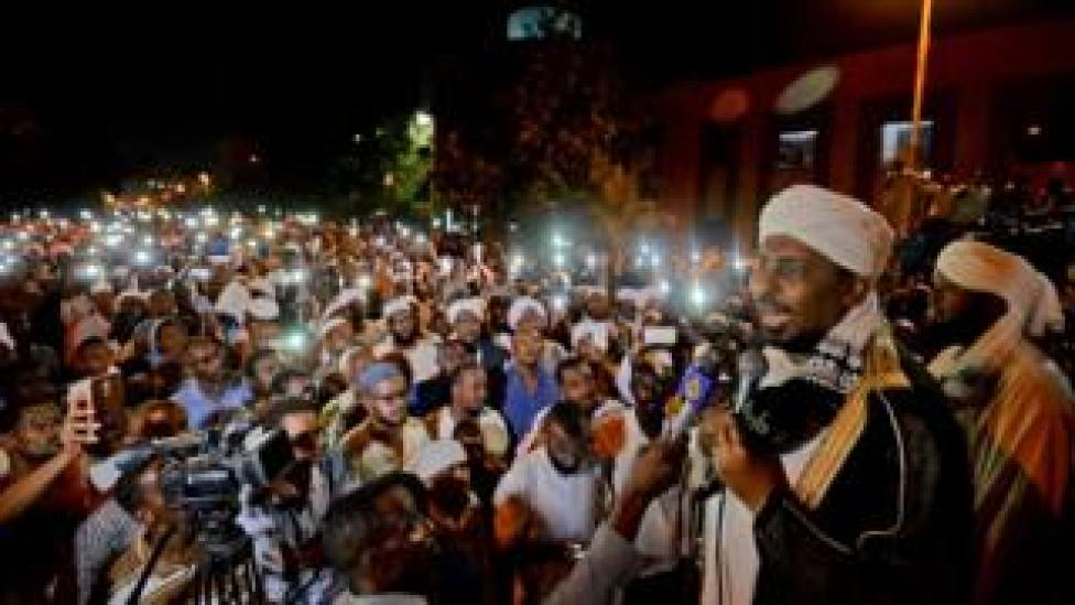Sudanese hardline cleric Mohamed Ali Jazuli speaks as supporters of Islamist movements rally in front of the Presidential Palace in downtown Khartoum on May 18, 2019. - Talks between Sudan's ruling military council and protesters are set to resume, army rulers announced, as Islamic movements rallied for the inclusion of sharia in the country's roadmap.