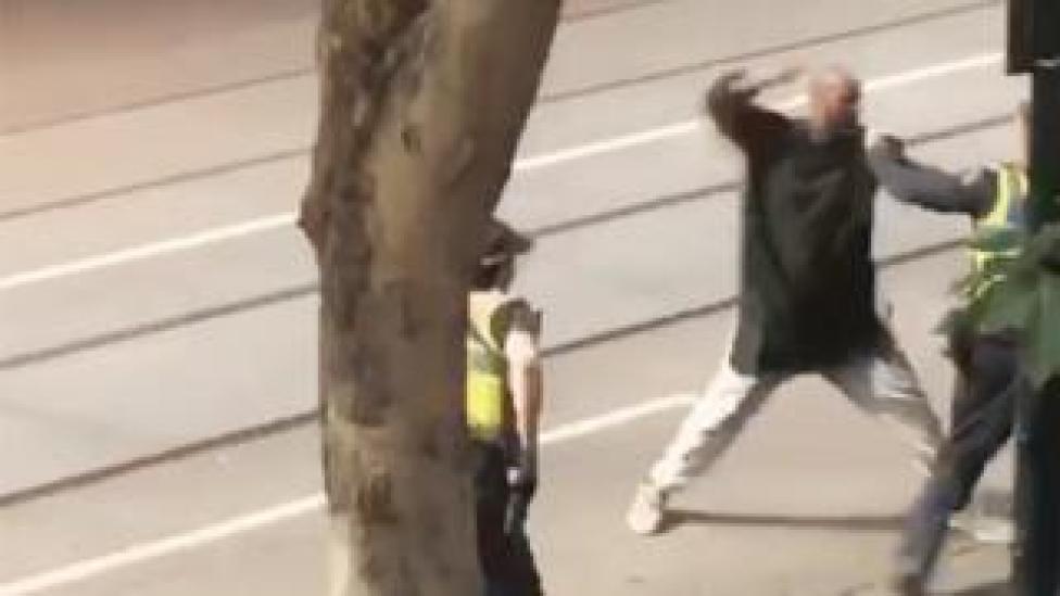 Una captura de pantalla muestra un incidente en el que un hombre armado con un cuchillo atacó a varias personas en la calle Bourke.
