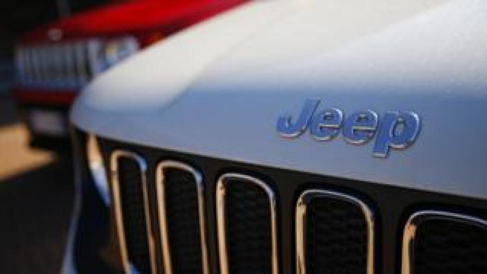 En esta foto de archivo tomada el 21 de agosto de 2017, un concesionario de automóviles en Turín muestra los logotipos de Jeep, marcas de Fiat Chrysler Automobiles (FCA).