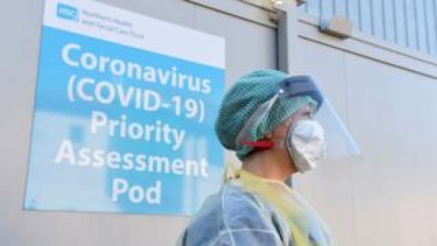 Une infirmière de l'urgence photographiée lors d'une démonstration de test Covid-19