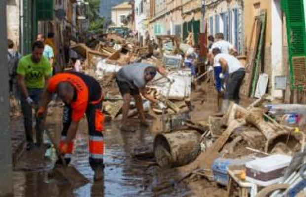 Locals in Sant Llorenç clean up after Tuesday's floods on 11 October