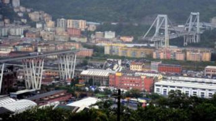 Die eingestürzte Morandi-Brücke ist in der italienischen Hafenstadt Genua am 14. August 2018 zu sehen