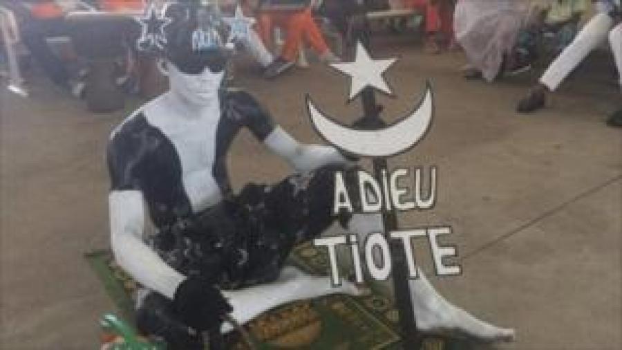 Kuri uyu wa kane, umufana wo muri Côte d'Ivoire yagaragaye afite igishushanyo kiriho amagambo asezera kuri Cheick Tiote