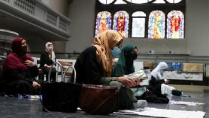 बर्लिन चर्च में शुक्रवार की प्रार्थना में हेडस्कार्फ़ और फेस मास्क पहनने वाली महिलाएँ शामिल होती हैं