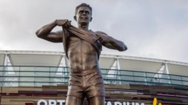 Nicky Winmar statue at Optus Stadium