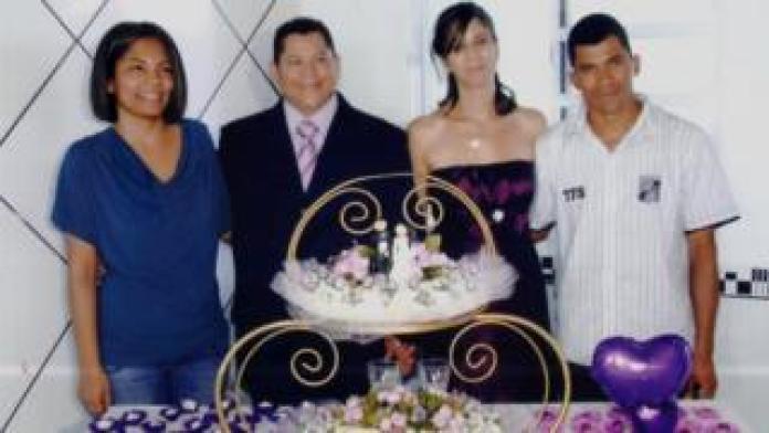 Alexandra com o marido e amigos no dia do seu casamento