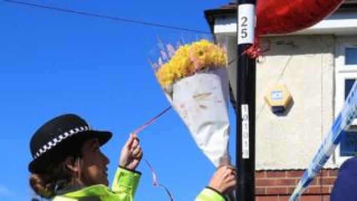 Oficial de policía ata globos a una farola