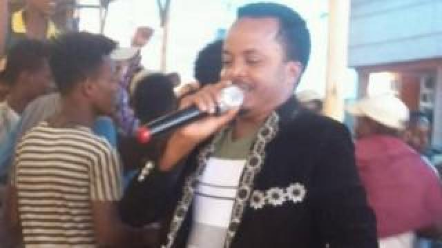 Dadhi Gelan singing