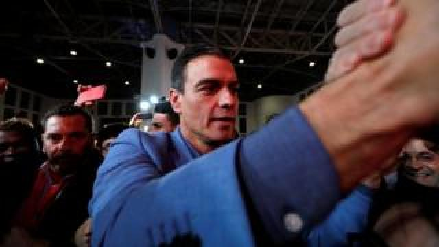 Pedro Sánchez greets voters at a closing rally on Friday