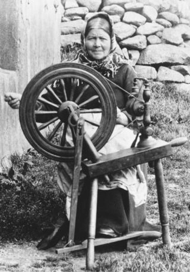 Kirsty MacQueen demonstrating spinning for tourists