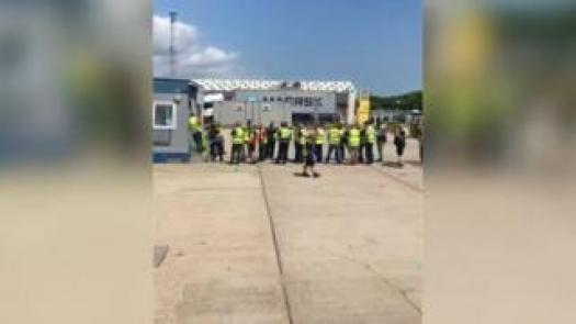 LKW-Fahrer stehen am Hafen Schlange
