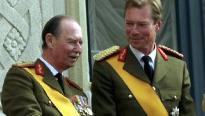 Großherzog Henri von Luxemburg lächelt seinen Vater Jean an, der am 7. Oktober 2000 auf dem Balkon in Luxemburg erscheint