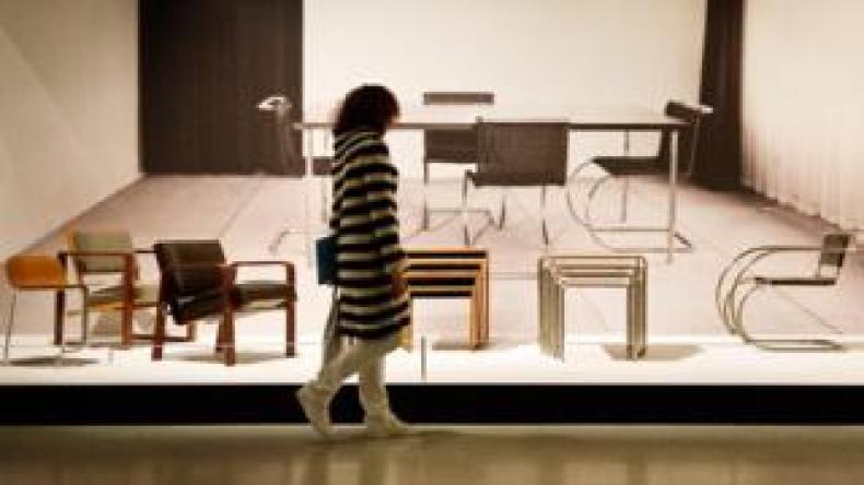 Seorang perempuan melihat furnitur karya desainer Josef Albers, bagian dari sekolah seni Bauhaus.