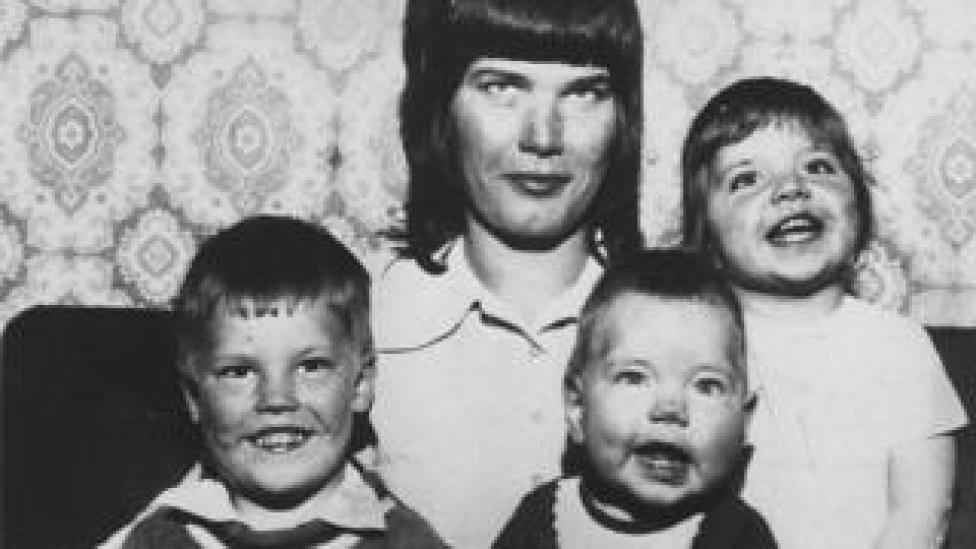 Elsie Ralph et ses trois enfants Paul, Dawn et Samantha